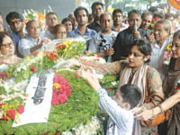 People from all walks of life pay tribute to the mortal remains of writer Syed Shamsul Haq at Central Shaheed Minar in the capital on Wednesday. — Sourav Lasker